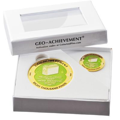 8000 Finds Geocoin + odznak + krabička - 2